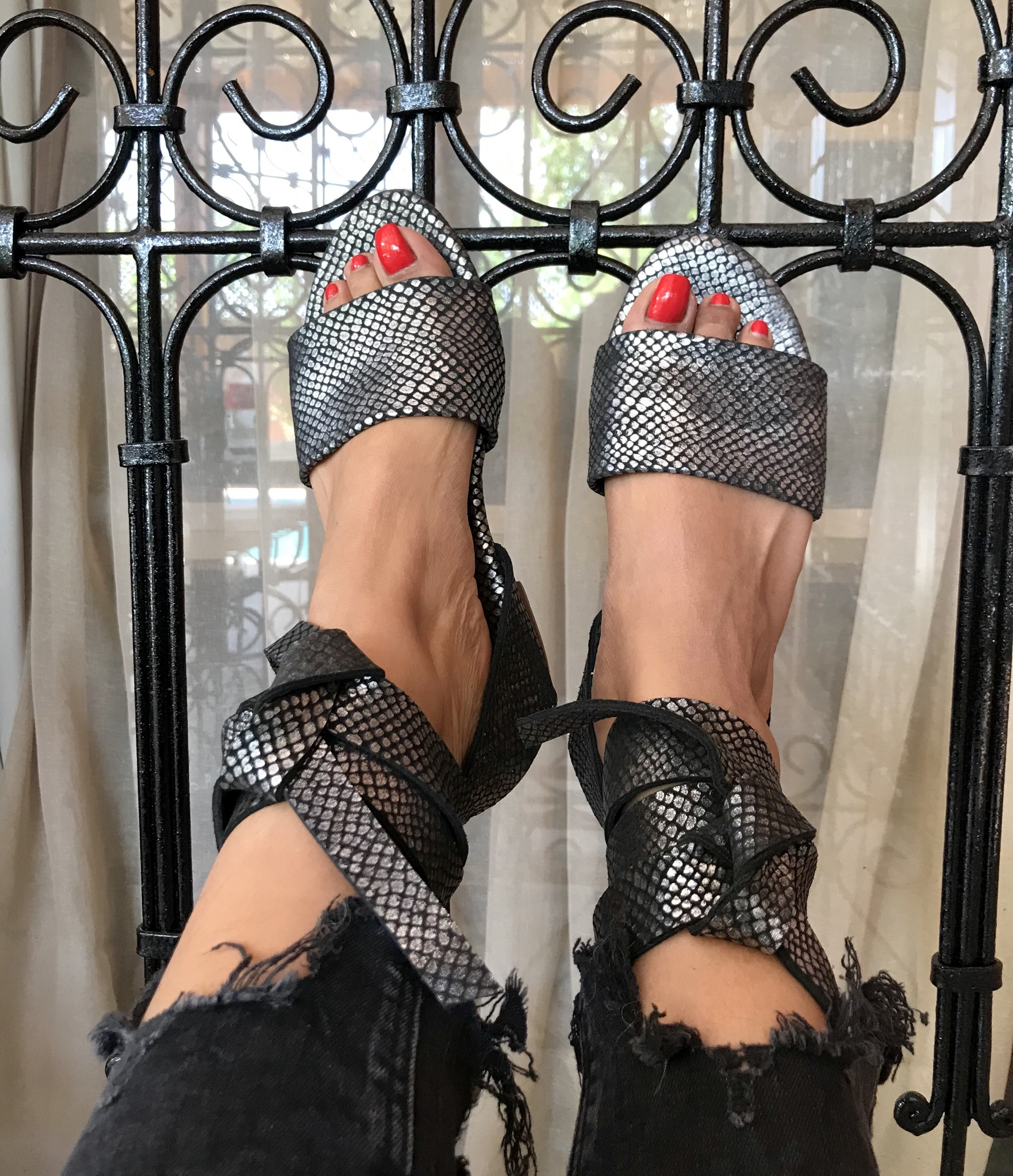Slippers in leather silver black with larges laces
