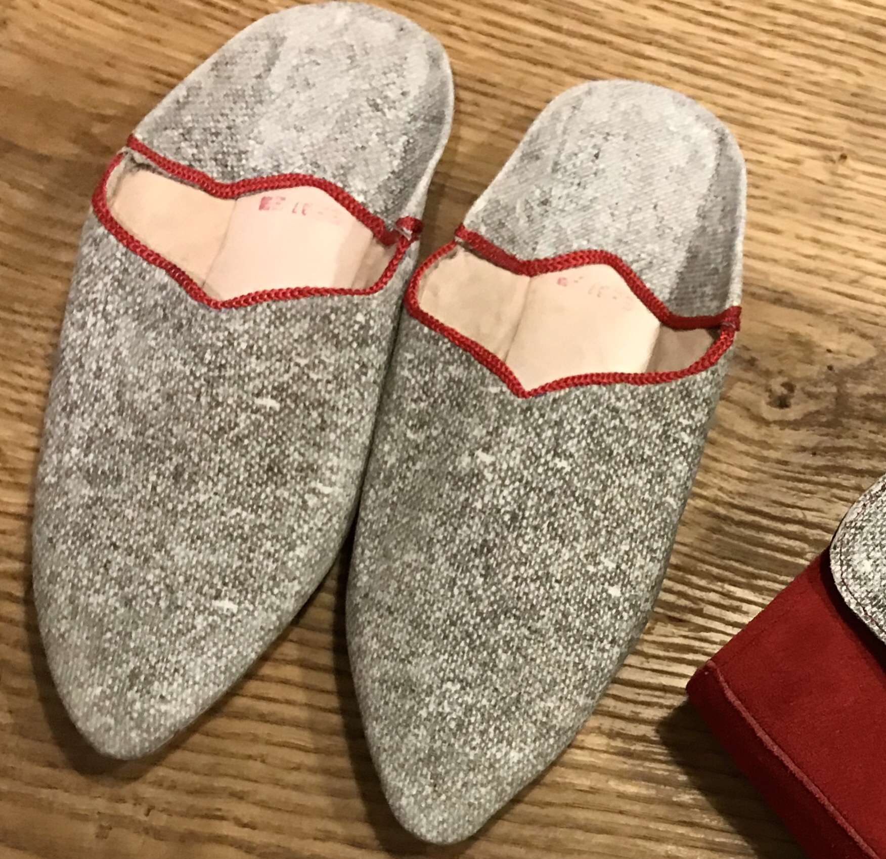 Slippers leather black & white with red touch