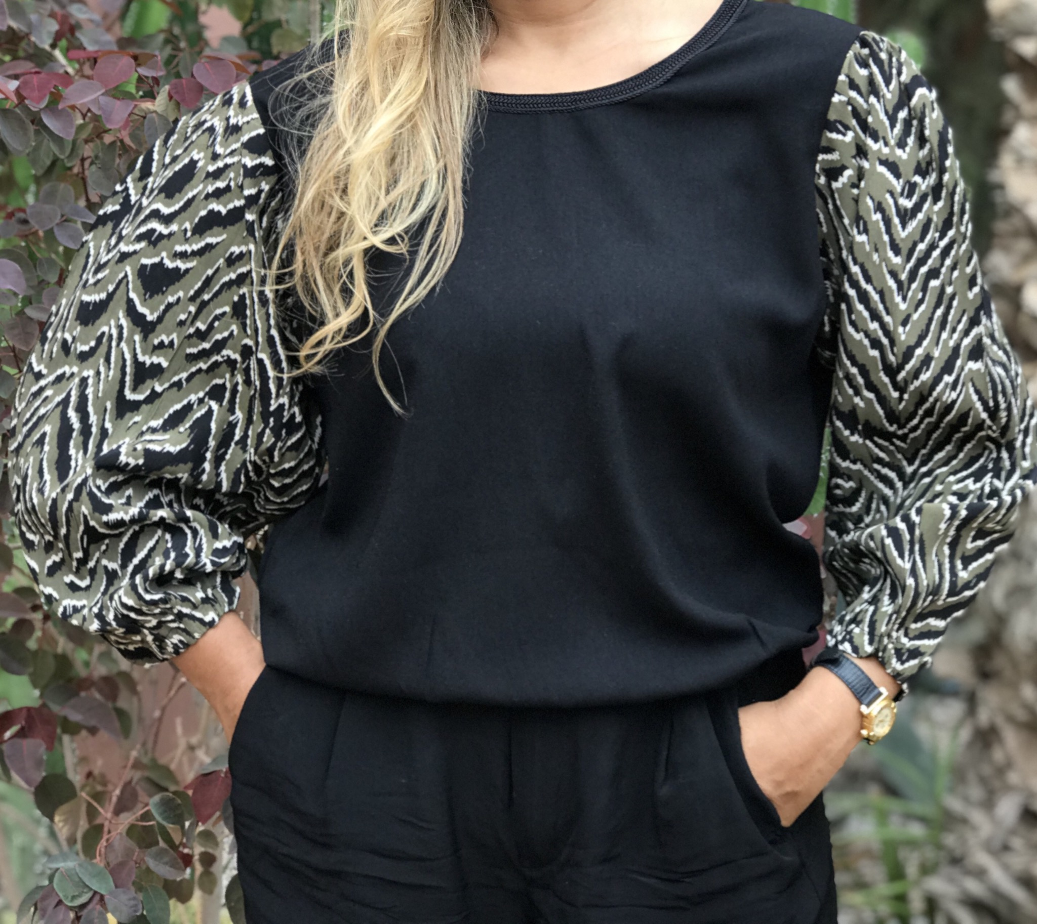 Top crêpe black with colorful print sleeves kaki black white