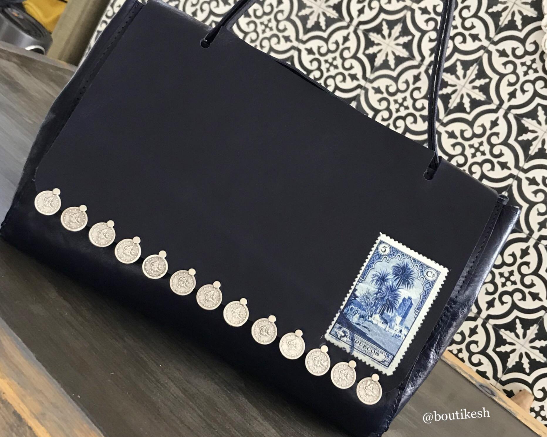 Sac fait main cuir bleu marine avec monnaie et timbre et anse ajustable